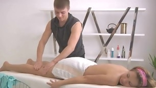 Masseur gives playgirl a lusty vibrator admissible during massage